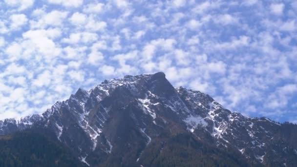 Panoramatický výhled na Sněžné vrcholy ve švýcarských Alpách