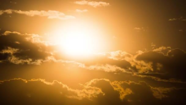 dramatischer Sonnenuntergang über den Wolken. Zeitraffer. große gelbe Sonne zieht über den Horizont