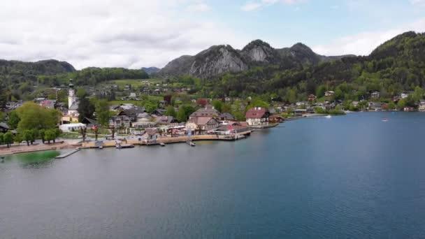 Vyhlídkový letecký pohled na horskou vesnici a jezero, Wolfgangsee, Salcburk, Rakousko, Alpy