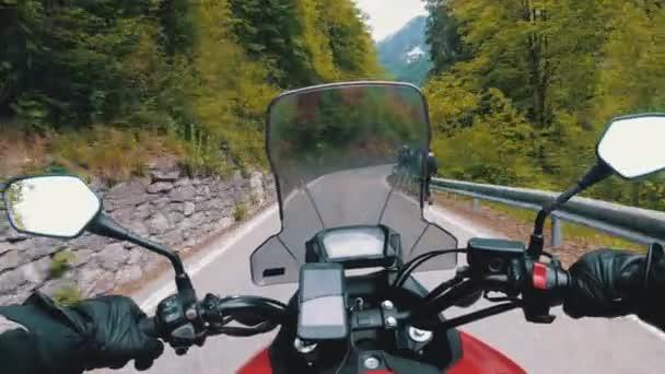Motocyklista na motorce jízdy na krásné krajinné cestě v Itálii