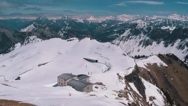 Panoramatický výhled z vysoké hory na zasněžené vrcholy ve švýcarských Alpách. Rolovci-de-Naye.
