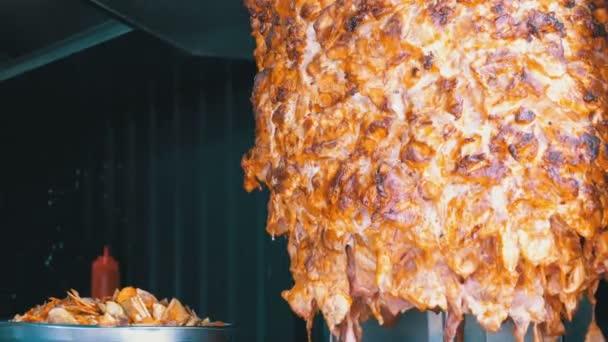 Shawarma je připraven. Maso na rožni. Turecké jídlo, arabské rychlopotravinářské.