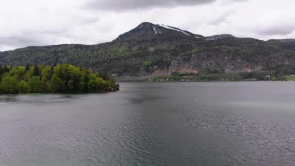 Vyhlídkový letecký pohled na horské jezero, Wolfgangsee, Salcburk, Rakousko, Alpy