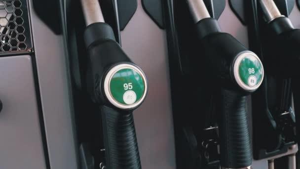 Různé pistole benzín u čerpací stanice. Plynu palivové čerpadlo tryska.
