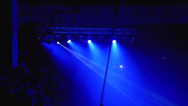 Koncertlámpák. Világítás hatása egy koncert színpadon a cirkusz arénában éjszaka.