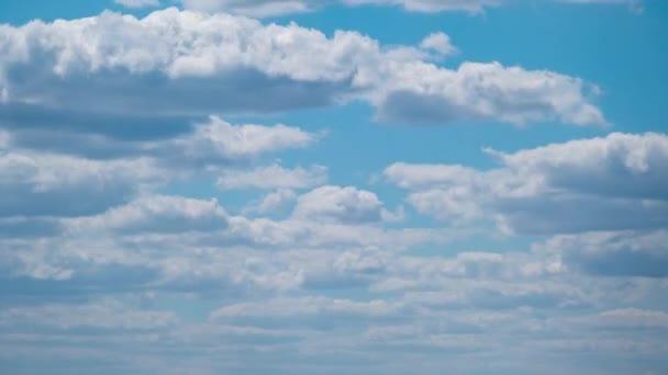 Cumulus Cirrus Clouds se pohybují na modrém nebi. Časová prodleva.