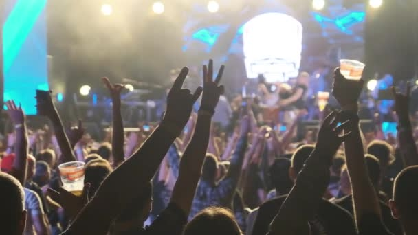 Dav fanoušků na koncertě Live Rock zvedněte ruce a tancujte. Pomalý pohyb 240 fps
