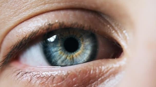 Krásná modrá žena, Extrémní detailní záběr. Vidět. Detail View Young Girls Eye