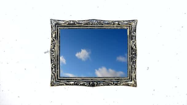 Koncepcionális kreatív idő lapse videó a kék ég gyorsan mozgó cumulus felhők egy vintage keret ellen a fehér téli ég lassan hulló hó. A fényes jövő, a remény, a hit gondolata.