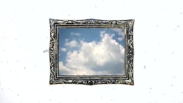 Konceptuální kreativní časová prodleva videa modré oblohy s rychle se pohybujícími kumulativními mraky ve vinobraní proti bílé zimní obloze s pomalu padajícím sněhem. Myšlenka na světlou budoucnost, naději, víru.