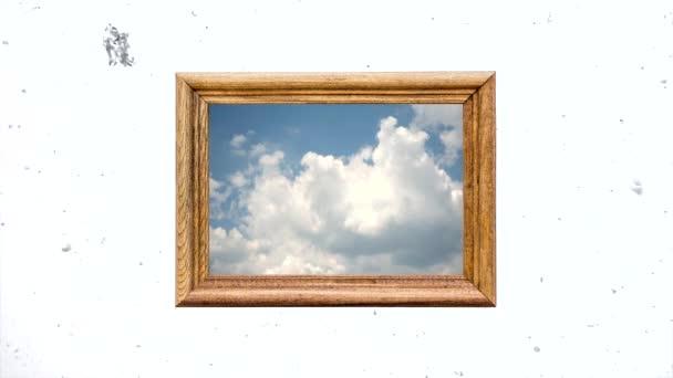 Koncepcionális kreatív idő lapse videó a kék ég gyorsan mozgó cumulus felhők egy fából készült keretben szemben a fehér téli ég lassan hulló hó. A fényes jövő, a remény, a hit gondolata.