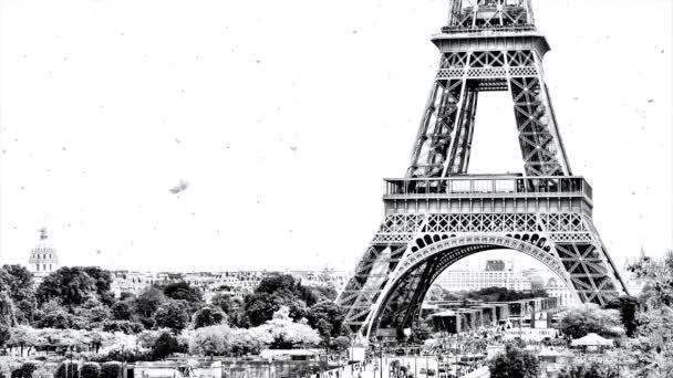 Černobílé paralaxy video panorama Paříže s Eiffelovou věží v zimě s krásným a pomalu padajícím sněhem.