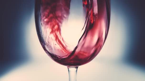 Kreatív makró lassított felvételen vörösbor öntődik egy pohárba. Vörösbort öntő pohár közelről. Régi retro grunge vintage stílus egy kellemes, enyhe és lágy halvány.