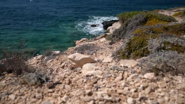 Vlny, skály a cykláty na ostrově Paros, Řecko