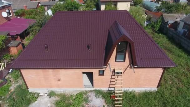 Střecha z vlnitého plechu. Střešní krytina vlnitý tvar kovového profilu. Pohled shora na střeše domu