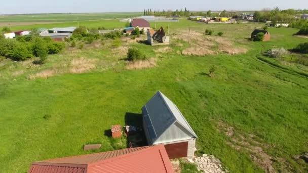 Dům s oranžovou střechou vyrobené z kovu, horního pohledu. Kovový profil lakovaný vlnitý na střeše