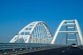 der schiffbare Bogen der Krimbrücke. Bogen des Autobahn- und Eisenbahnabschnitts der Krimbrücke.