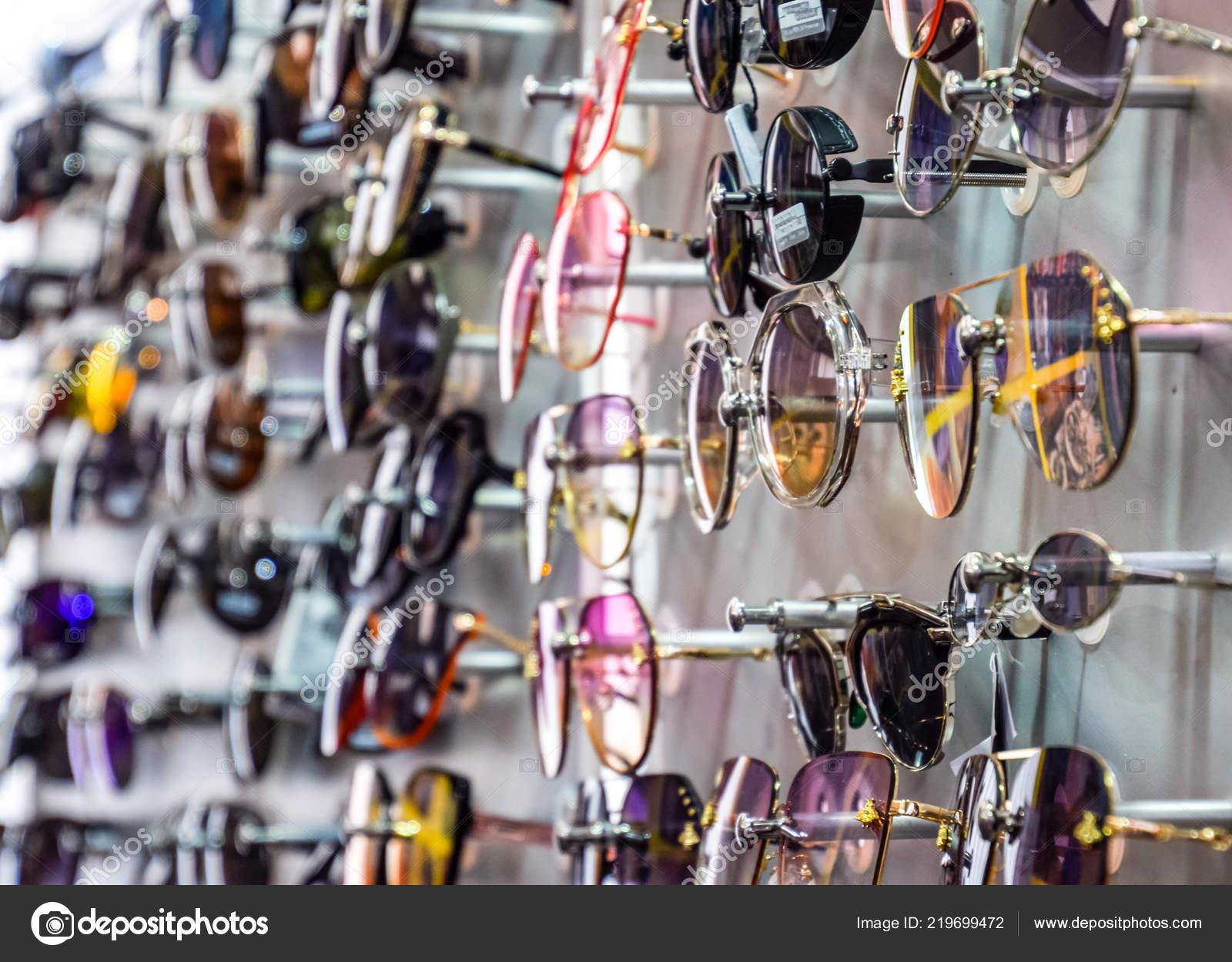 23598b1fc27fa Lunettes de soleil sur le stand au comptoir. Lunettes de soleil à vendre–  images de stock libres de droits