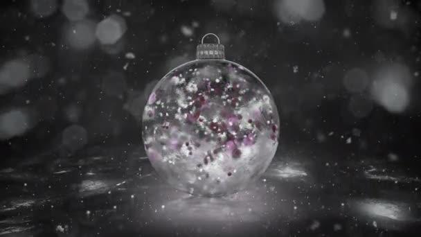 Vánoční bílá LED skleněná cetka dekorace sněhová barevné lístky na pozadí smyčky