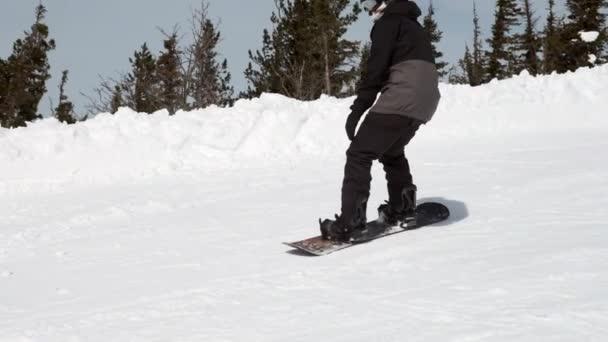 Russland - 05.04.2018: Snowboardspringen auf einem Kicker