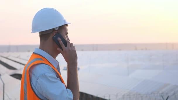 Technický expert v solárních fotovoltaických panelů dálkového ovládání provádí rutinní akce pro systém monitorování pomocí čisté, obnovitelné zdroje energie. koncept vzdálenou podporu technologií. telefonní hovor