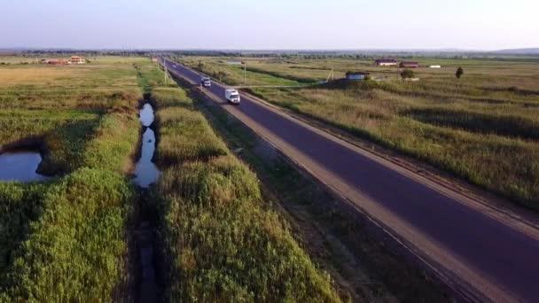 Anténa: Tanker benzinu, oleje přívěsu kamionu na dálnici. Velmi rychlé jízdy.