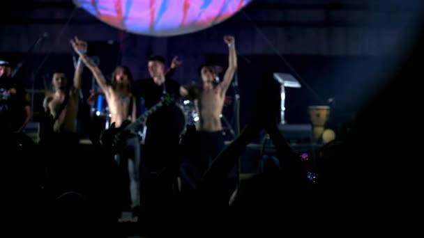 Rockstar-Zuruf bei Musikkonzerten. Die Heavy-Metal-Band spielt ein Rockkonzert im Club. der Künstler verneigt sich vor dem Publikum.