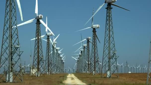 Mnoho starých generátorů větrných turbín na zelené trávě. Postaven v Sovětském svazu