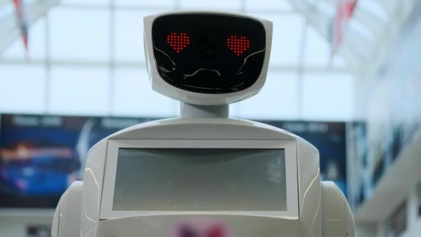 Közelkép a robot fejét. Robotok érzelmek. A robot keresi a kamera személy. Modern robotika technológiák robotok. Robotika modern technológia. szerelem. szív. mesterséges intelligencia, virtuális, vr 4 k