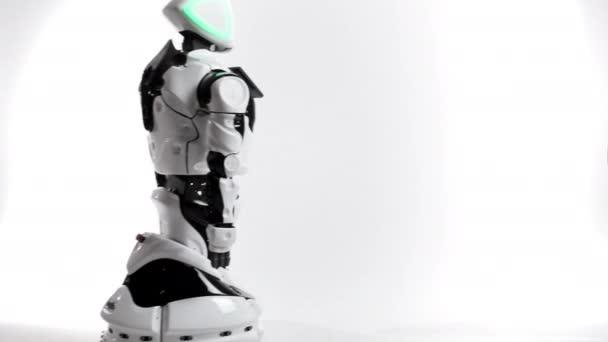 Moderní robotická technologie. Robot v bílé studio. Android jde a jde na bílém pozadí. Projevuje se