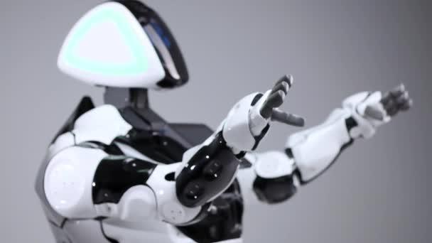 Robotika modern technológia. Fehér modern robot egy világos stúdió. Android, tánc, hadonászott. Demonstráció a robot egy fehér háttér. Itt a jövő.