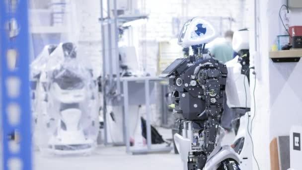 demontierter Roboter in der Produktion. Der Roboter ist montagefertig, er testet alle Systeme. Anlage zur Produktion von Robotern.