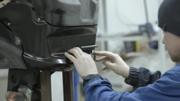 Moderní robotická technologie. Inženýr vytváří moderní robota nebo android. Produkce a výroba robotů. Rozloženém stavu robota na stole v dílně