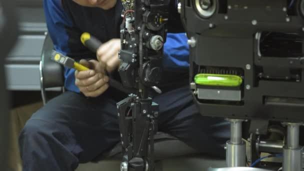 Kutató a modern robot vagy android hoz létre. A mechanizmus a kezét a robot ellenőrzi. Gyártása és robotok gyártása.