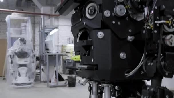 Továrna na výrobu robotů, moderní robotické vývoj. Přehled nových rozebrat robota v dílně