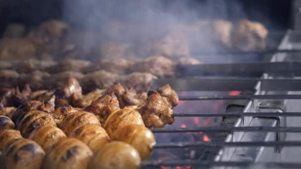 Cook peče šťavnatý kebab gril na gril slowmotion. grilované maso a zelenina v plamenech
