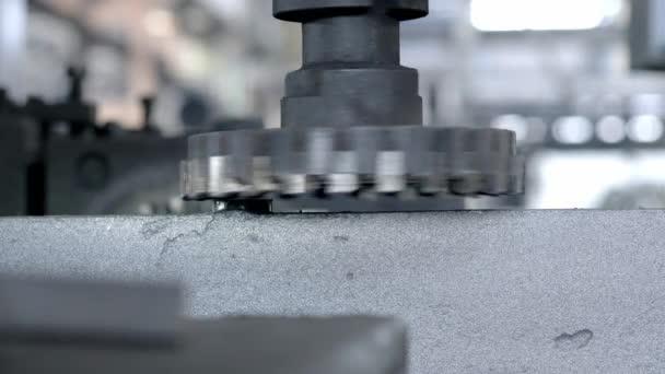 CNC marógép termel fém részleteket a Factory. Fémmegmunkáló gép. Eltávolít egy réteg fém.