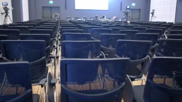 Freie Stühle oder Stühle im Flur. Vorbereitung auf ein Seminar oder eine Konferenz.