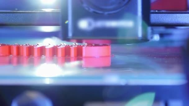 3D-Drucker, der aus nächster Nähe arbeitet. Der automatische dreidimensionale 3D-Drucker führt Plastik aus. Der moderne 3D-Drucker druckt ein Objekt aus der heißen Schmelze. Konzept progressive additive Technologie für den 3D-Druck.