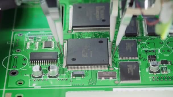 Gyári gép munkahelyi: nyomtatott áramkör being összeszerelve automatizált robot kar, felületre szerelt technológia csatlakoztatása microchips az alaplap. Makró közeli felvételek.
