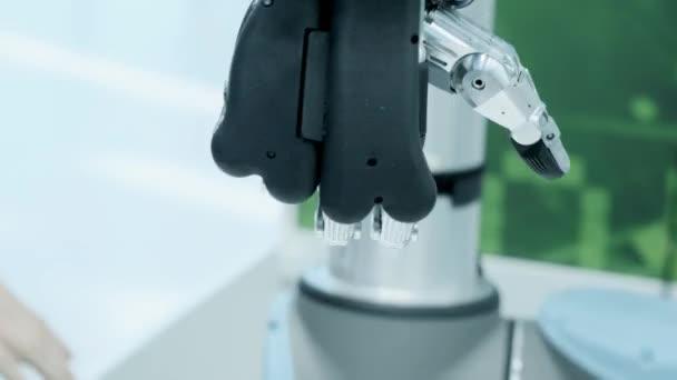 Modern technológia ma. Robot emberi kar egy manipulátor. Modern fogpótlás végtagok. A jövő most. A hüvelykujjal jobbra mozog. Futurisztikus bionikus kar.