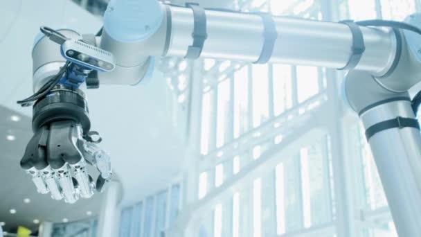 Robotkaros mutatja, mint a kezét. A fém robot kezét emeli a hüvelykujját fel. A modern technológia robotok. Fényes tudományos és műszaki iroda. Vertikális videó.