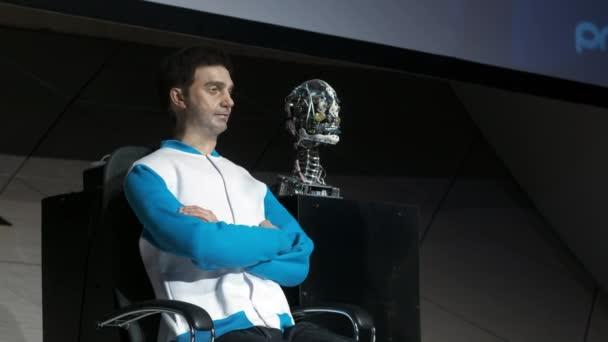 Humanoid robot az ember a színpadon. Innovatív fejlesztés a robotika és a mesterséges intelligencia terén. Android prezentáció. Modern robotika Technologies