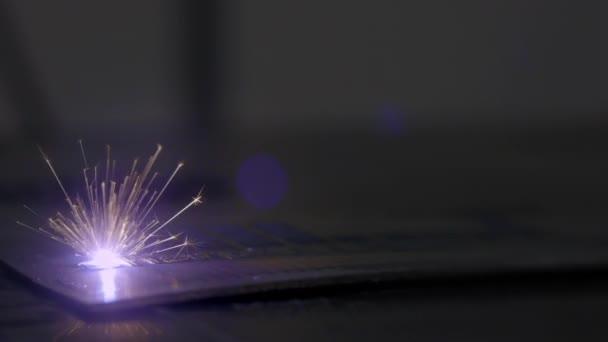 Macchina per incisione laser. Attrezzature speciali per il taglio su materiali duri. Sistema di automazione e precisione. Taglio Cnc Laser di metallo, moderna tecnologia industriale. Laser industriale.