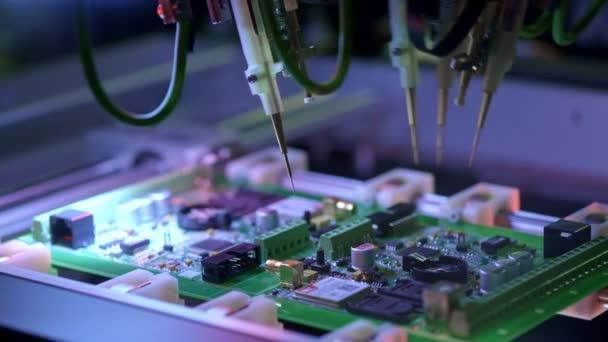 Elektronische Leiterplattenproduktion. Automatisierte Leiterplattenmaschine produziert gedruckte elektronische Platinen. Elektronikauftragsproduktion. Herstellung von elektronischen Chips. Hightech