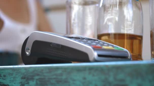 NFC kártyás fizetés. Férfi kezét a Nfc technológia érintésmentes bankkártyás fizető ügyfél. Banki szolgáltatások, az elektronikus pénz. Vezeték nélküli pénzt tranzakciót. Vezeték nélküli fizetés
