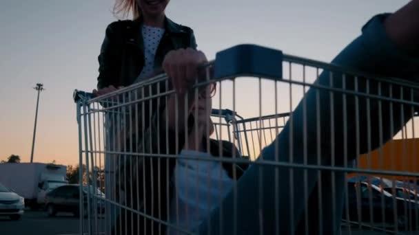 Pomalý pohyb dvě mladé tisíciletí se baví spolu závodit na nákupních vozících a na parkovištích v supermarketech v noci. Jízda na nákupním vozíku, požívajícím svobodu a mládí.