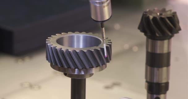 Operátor kontroluje rozměry kovových dílů od CMM po obrábění v průmyslové továrně.