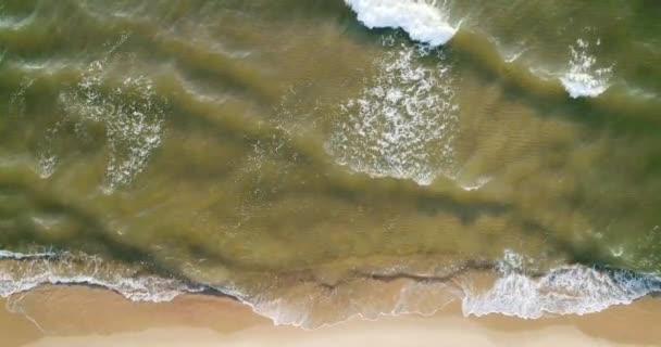 Trópusi strand légi kilátás, Top kilátás hullámok törni trópusi fehér homokos tengerparton. Tengeri hullámok zökkenőmentes hurkot a gyönyörű homokos strandon.