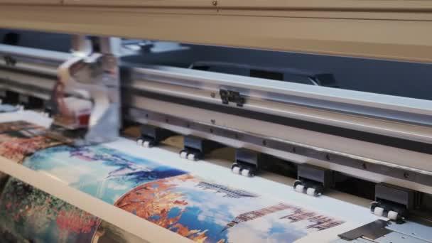 Průmyslový tisk na tkaný materiál, moderní digitální inkoustová tiskárna klade obrázek na plátno
